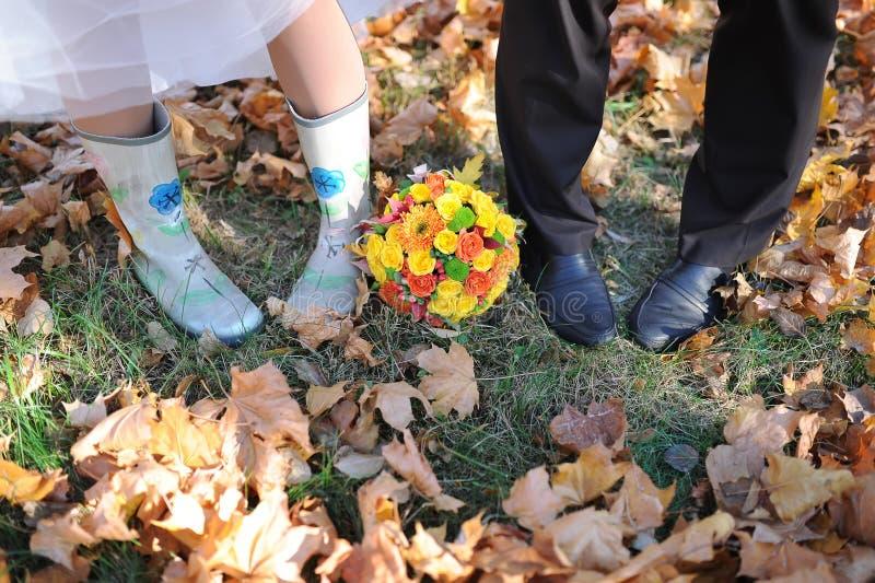 Couplez les pieds d'homme et de femme dans extérieur romantique d'amour avec la nature de saison d'automne sur le style à la mode photos libres de droits