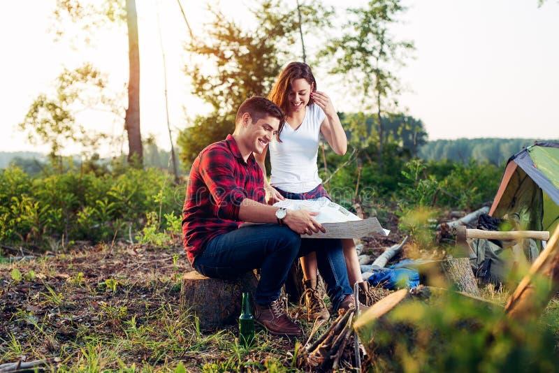 Couplez les randonneurs dans les montagnes, ils regarde la carte photographie stock libre de droits