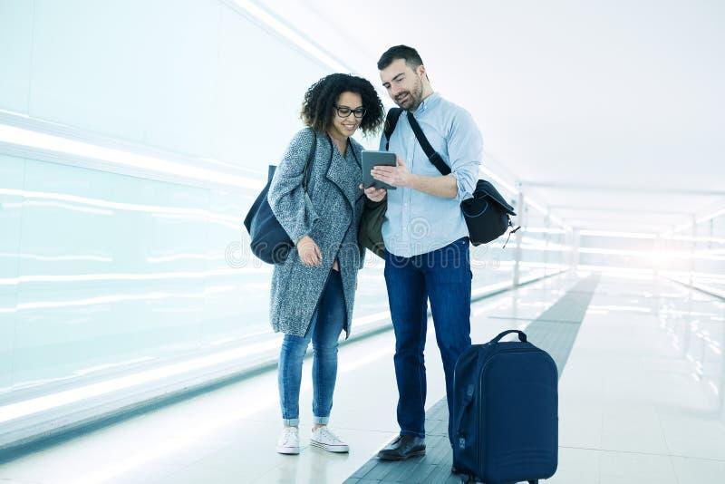 Couplez prêt à partir en vacances utilisant le voyage APP image libre de droits