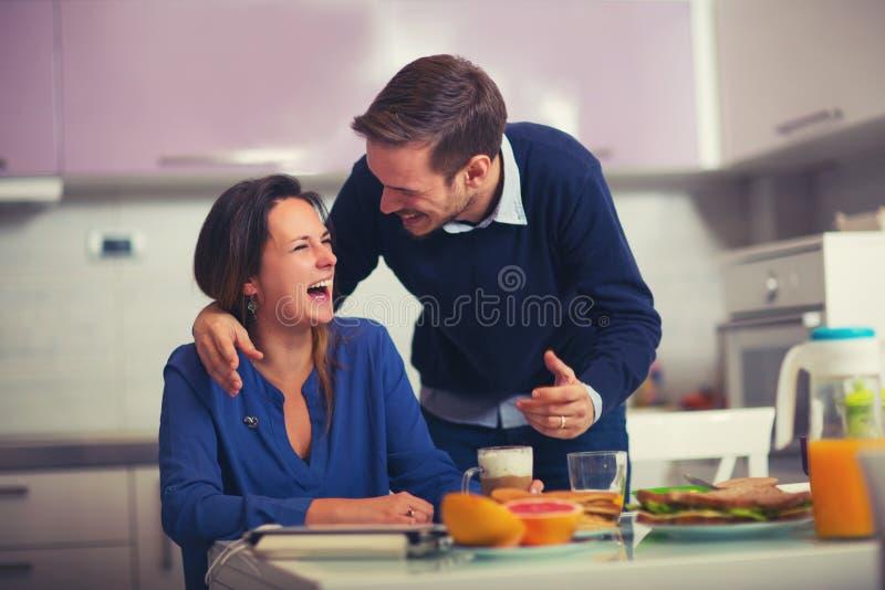 Couplez prendre le petit déjeuner ensemble à la maison dans la cuisine photo libre de droits