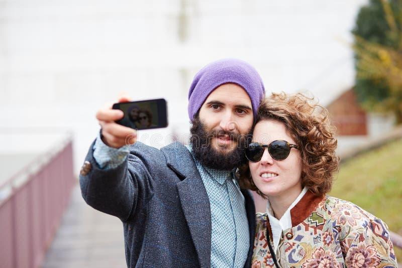 Couplez prendre une photographie de lui-même avec un smartphone images libres de droits