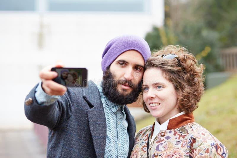 Couplez prendre une photographie de lui-même avec un smartphone photo stock