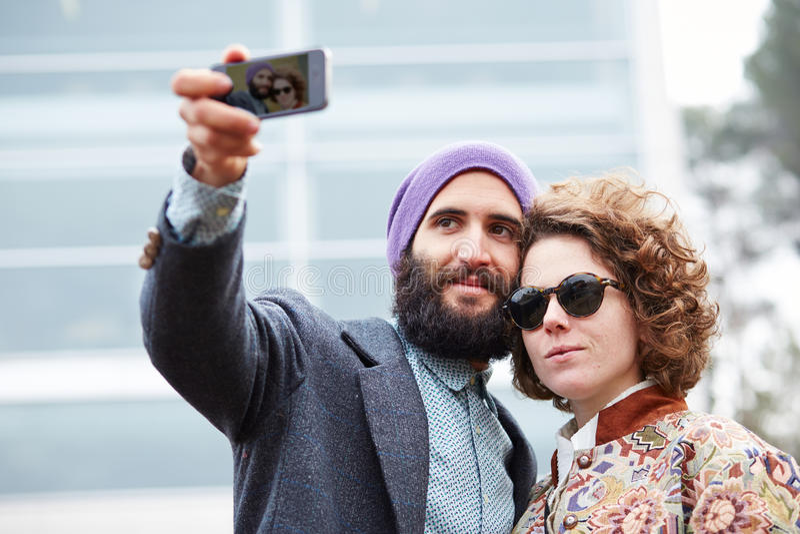 Couplez prendre une photographie de lui-même avec un smartphone photo libre de droits