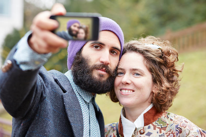 Couplez prendre une photographie de lui-même avec un smartphone photos libres de droits
