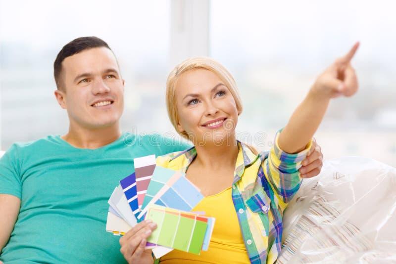 Couplez regarder des échantillons de couleur dans la nouvelle maison photos stock