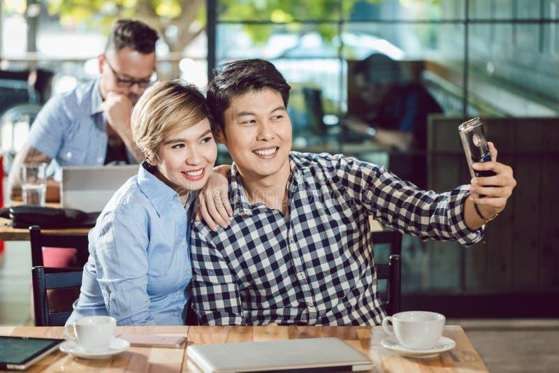 Couplez s'amuser dans le café photos stock