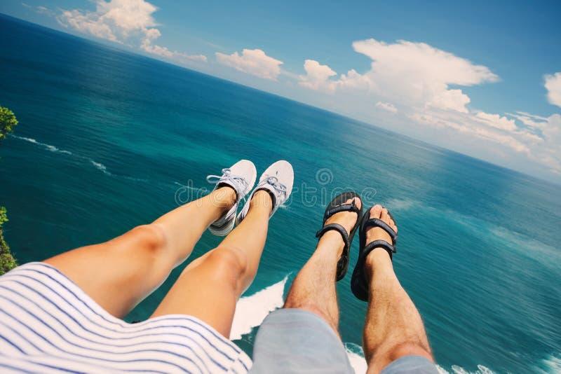 Couplez se reposer au-dessus de l'océan sur la falaise images stock