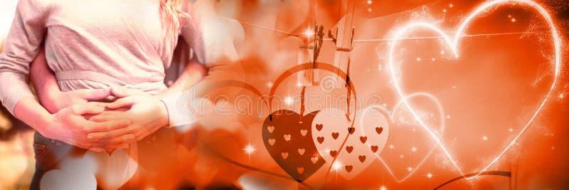 Couplez se tenir avec des coeurs de transition d'amour du ` s de valentine images libres de droits