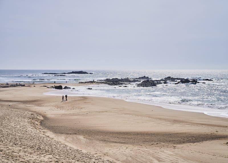Couplez sur la plage près de l'océan photo stock