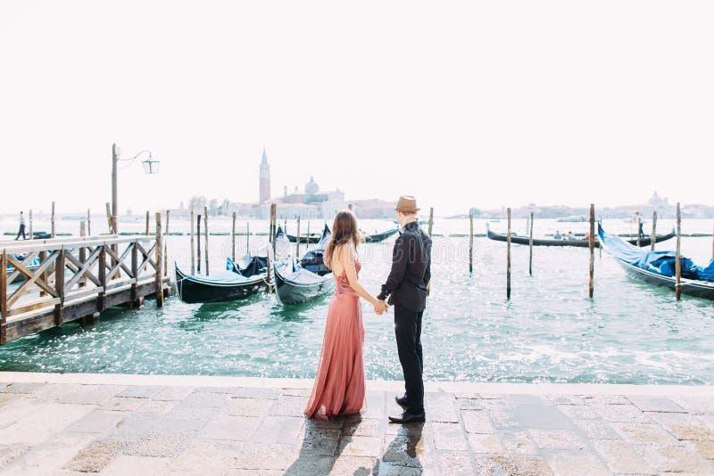 Couplez sur une lune de miel à Venise photos stock