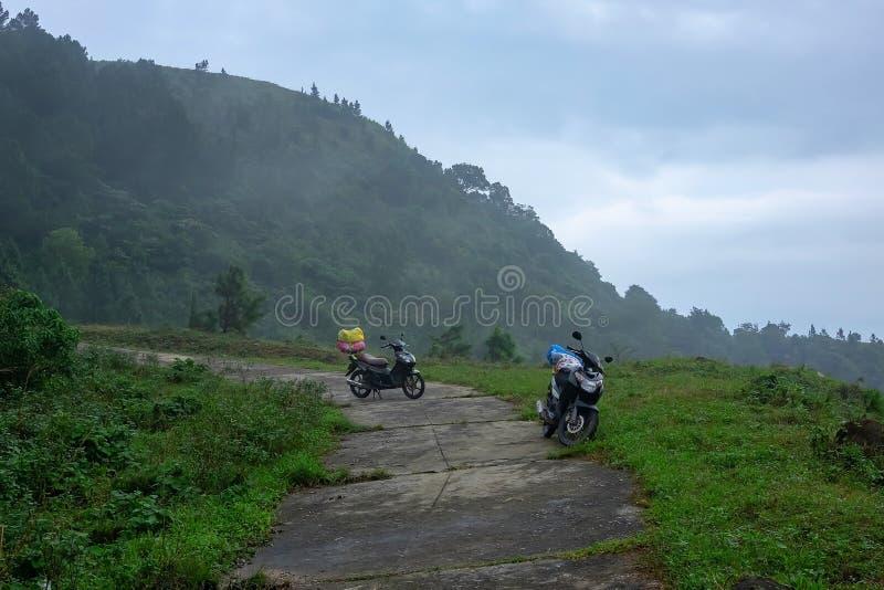 Couplez un vélomoteur de voyage ou un scooter ou une moto avec le bagage voyageant le long d'un itinéraire de montagne au Vietnam photos stock