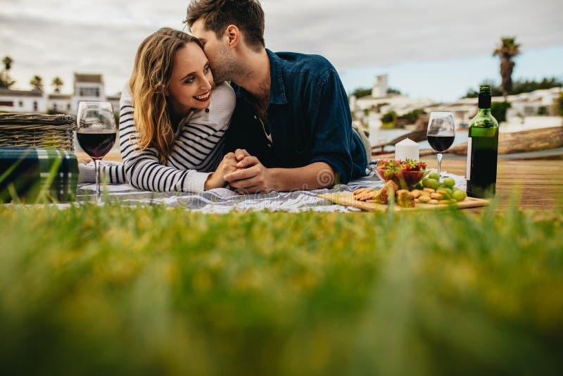 Couplez une date romantique dehors image libre de droits