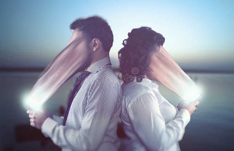 Couplez utilisant des smartphones une date photo libre de droits