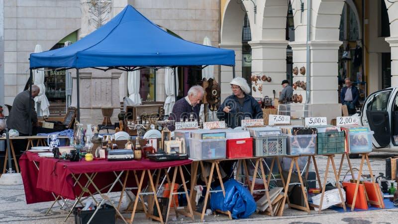 Couplez vendre le rétro disque et les articles au marché aux puces mensuel de rue à Aveiro, Portugal image libre de droits