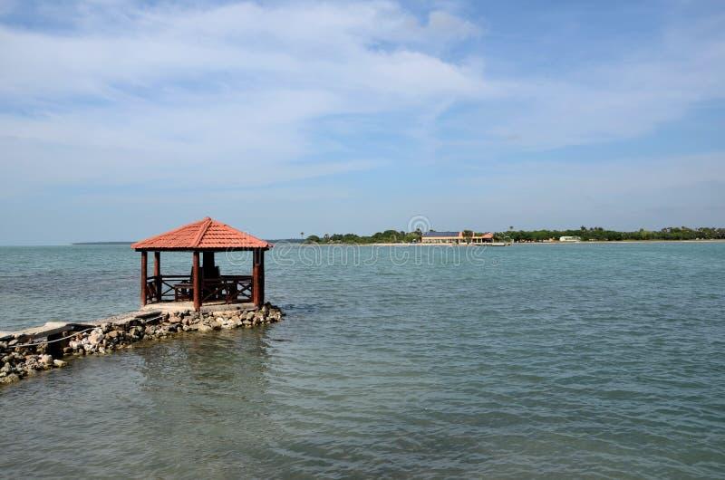 Coupole de pagoda d'auvent sur le pilier dans l'eau à la péninsule Sri Lanka de Jaffna d'hôtel de tourisme de Hammenhiel de fort images libres de droits