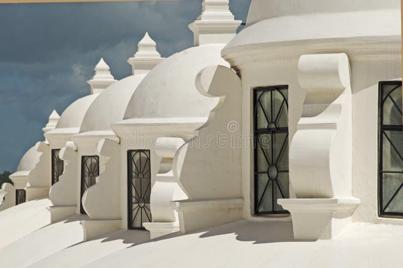 Coupoles blanches sur une cathédrale images stock