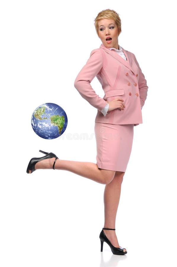 coups de pied arrières de la terre de femme d'affaires photo libre de droits