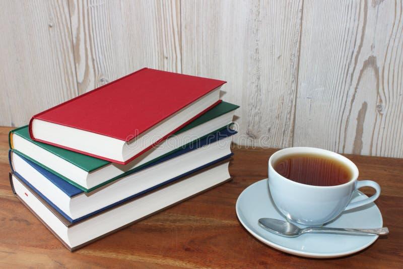 Coupure avec le thé et les livres photo libre de droits