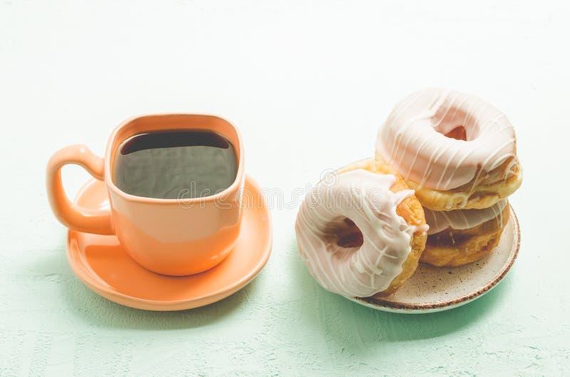 Coupure d'offee de ¡ de Ð Tasse orange avec du café et un plat des donats photo libre de droits