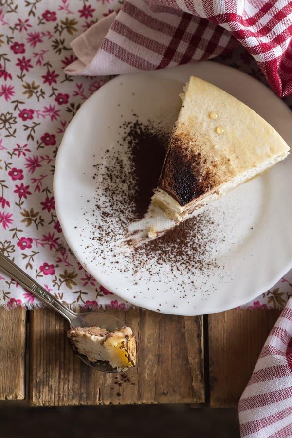 Coupure d'un morceau de gâteau au fromage, photo de nourriture photographie stock libre de droits