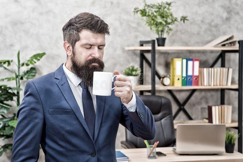 Coupure de détente potable de café Patron appr?ciant la boisson d'?nergie Jour de début avec du café Les personnes réussies boive images stock