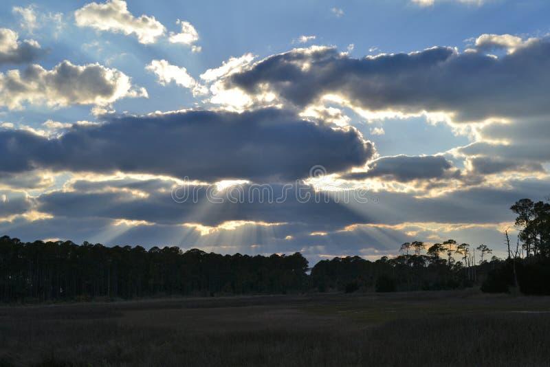 Coupure de rayons de soleil par des nuages au-dessus de tresse photos stock