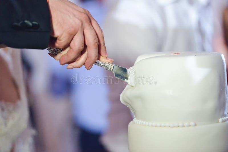 Coupure du gâteau de mariage image stock
