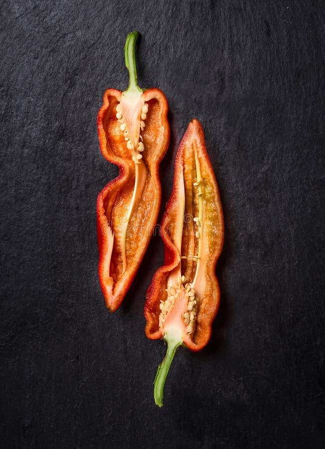 Coupure du poivron doux rouge dans la moitié images stock