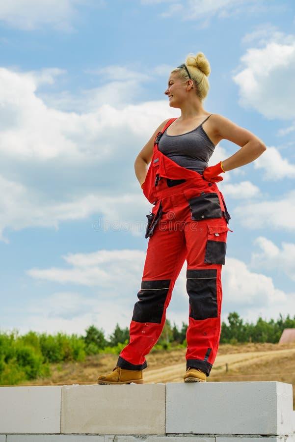 Coupure femelle de constructeur sur le chantier de construction image stock