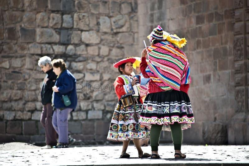 Coupure Quechua d'Indiens de la pose avec des touristes photos libres de droits