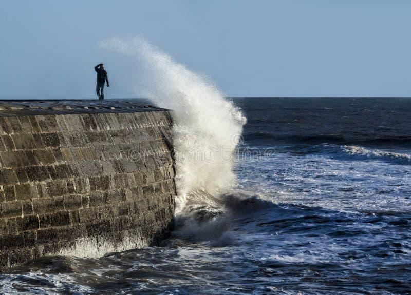 Coupures énormes de vague au-dessus du Cobb photographie stock