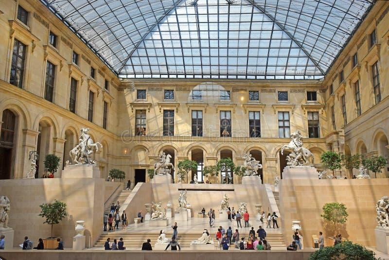 Cour泥灰质在罗浮宫,巴黎,法国 免版税库存图片