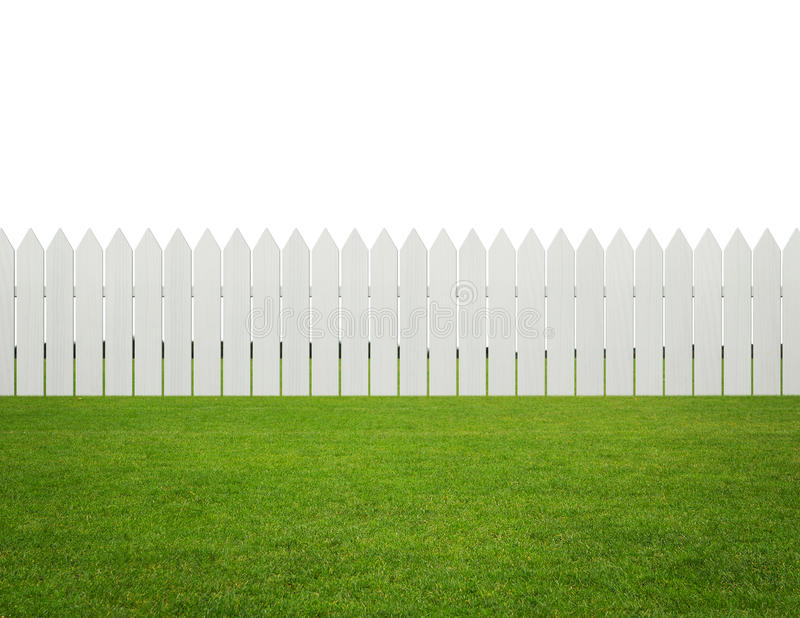 Cour avant ou arrière, barrière en bois blanche sur l'herbe d'isolement dessus photographie stock libre de droits