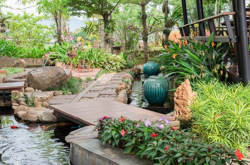 Cour avant ou arrière, matériel en pierre, jardin formel, escalier, étapes photos stock