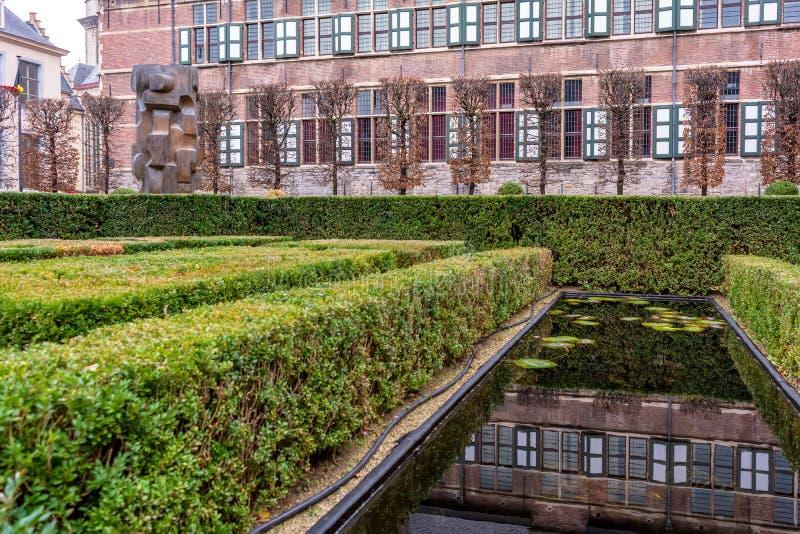 Cour avec l'étang de l'université de Gand photographie stock