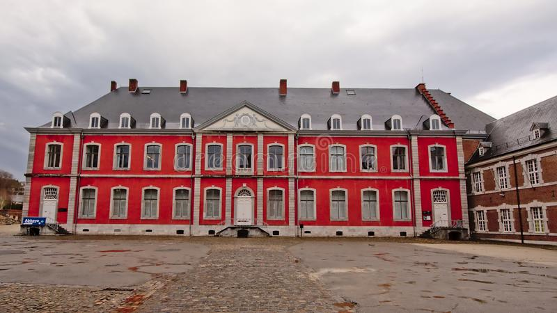 Cour avec le néo- bâtiment classique de l'abbaye de Stavelot un jour nuageux images libres de droits