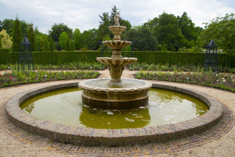 Cour comprenant une fontaine d'eau photo libre de droits
