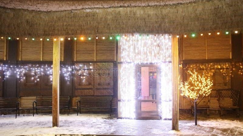 Cour décorée près de la maison le réveillon de Noël photo stock
