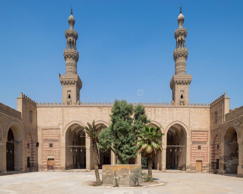 Cour d'al Nasir Faraj ibn Barquq mosquée historique publique avec deux minarets, Le Caire, Égypte photos libres de droits