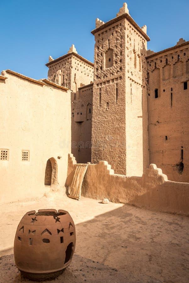 Cour d'Amridil Kasbah à l'oasis de Skoura au Maroc images libres de droits