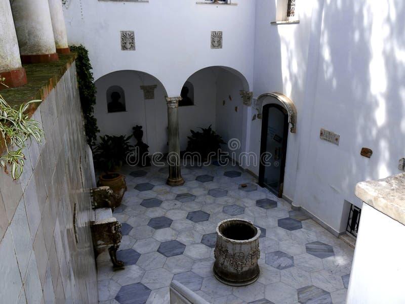 Cour d'une villa dans Anacapri sur l'île de Capri dans la baie de Naples Italie photos stock
