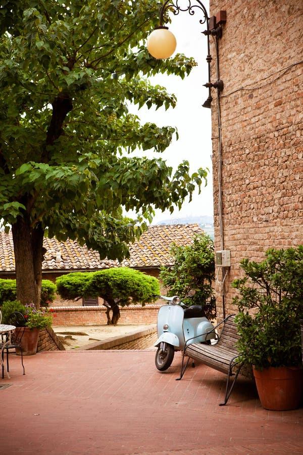 Cour dans la vieille ville italienne de Certaldo photographie stock