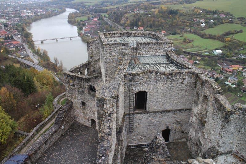 Cour de  de StreÄ aucun château avec la rivière du ¡ h de Và dans la région d'ilina de ½ de Å image stock