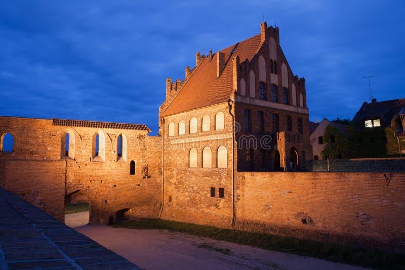 Cour de citoyen et mur de ville par nuit à Torun photos stock