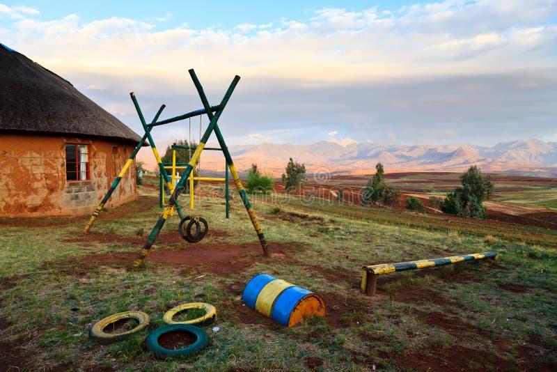Cour de jeu à une école en Afrique photos libres de droits