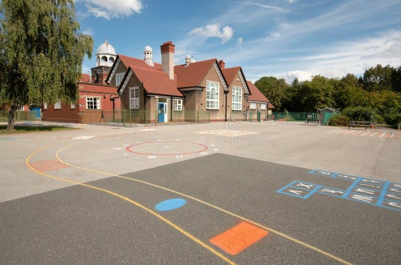 Cour de jeu d'école et construction, Angleterre images stock