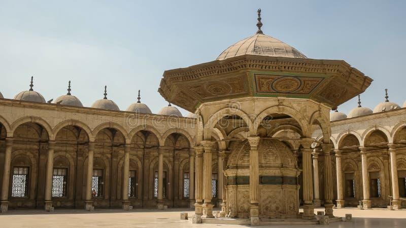 Cour de la mosquée d'albâtre au Caire, Egypte photos libres de droits