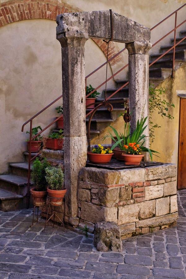 Cour de maison de la Toscane avec le puits et les escaliers image libre de droits