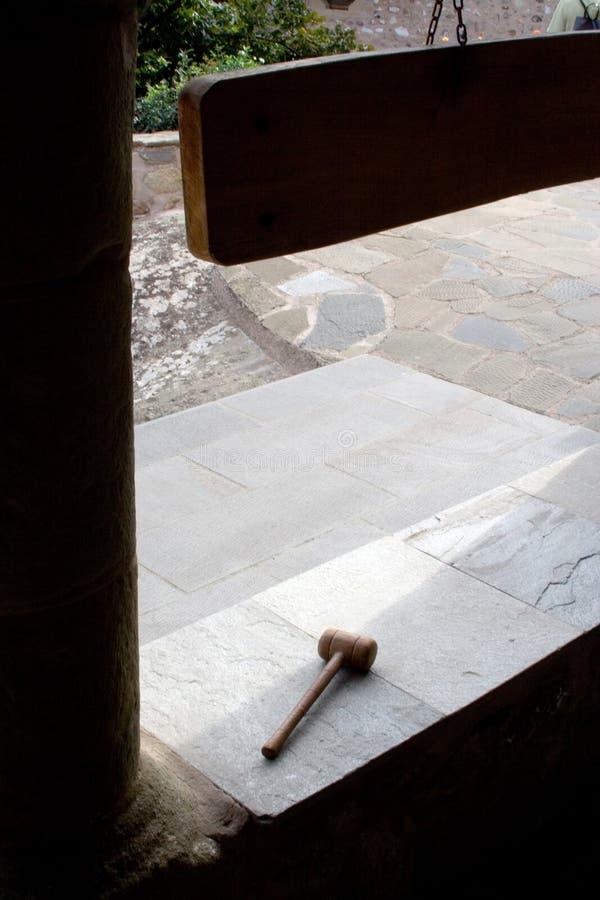 Cour de monastère avec le marteau en bois image libre de droits