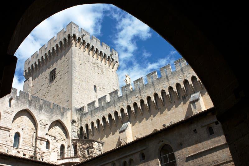 Cour de pape Castle d'Avignon image stock